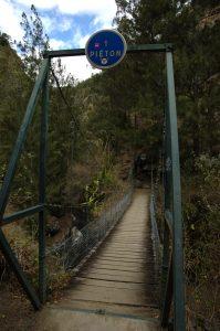 Cirque de Mafate :: 1 walker bridge over the Grande Ravine