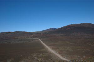 le Volcan :: Pas des Sables :: the dirt road across the Plaine des Sables
