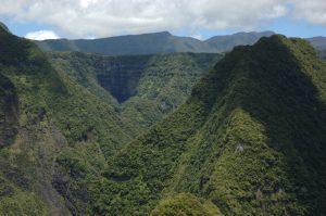 East Coast :: Takamaka :: valley head zoomed :: the ridge surrounding Cirque de Cilaos above